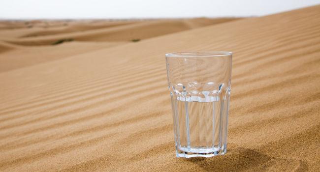 verre d'eau dans le désert